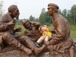 Пам`ятник мисливцям за мотивами картини Перова