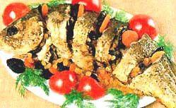 Запечена з овочами риба.
