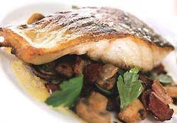 Запечена з грибами в духовці риба.