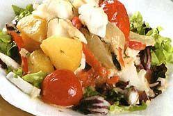 Тріска тушкована з овочами під вершками