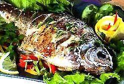 Фарширована овочами запечена риба.
